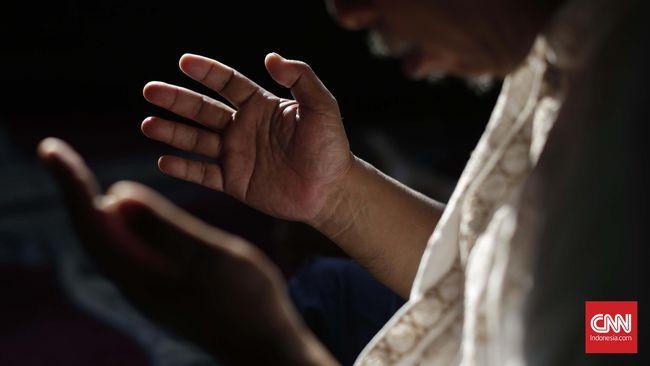 Jamaah berdoa usai sholat Ashar di Masjid Cut Mutia, Jakarta. CNN Indonesia/Safir Makki