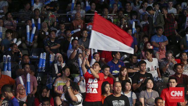 Suporter mengibarkan bendera merah putih pada pertandingan babak semifinal Indonesia Terbuka 2016. di Istora Senayan, Jakarta, Sabtu, 4 Juni 2016. Tim Bulutangkis Indonesia gagal mengirimkan wakilnya ke final, setelah  Chong Wei sukses menaklukkan Ihsan dengan skor 21-9, 21-18 di babak semifinal Indonesia Terbuka 2016. CNN Indonesia/Adhi Wicaksono.