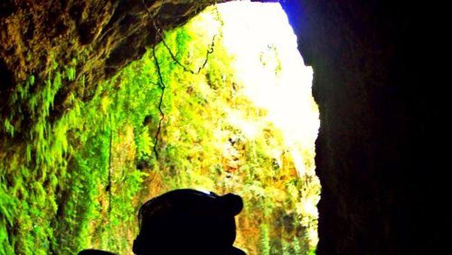Bagi pecinta petualangan sekaligus sejarah dan keindahan alam, kegiatan menjelajahi gua paling tepat dijadikan agenda berlibur.