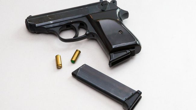 Polisi menemukan senjata api ilegal yang diakui milik bos EDCCash, AY, tersangka kasus dugaan penipuan investasi kripto.