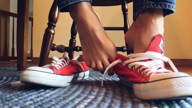 Pakai sepatu tanpa kaos kaki, atau kerap memakai sepatu yang sama tak pernah berganti menjadi kebiasaan yang membuat kaki kerap bau.