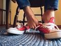 4 Cara Efektif Hilangkan Bau pada Sepatu