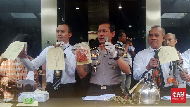 Kepolisian Daerah Metro Jaya menangkap empat oknum pengoplos tabung Liquefied Petroleum Gas (LPG) berukuran 12 kilogram di tiga lokasi berbeda.