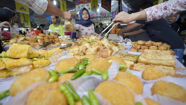 Warga memilih aneka makanan untuk berbuka puasa di Pasar Takjil Benhil, Jakarta, Selasa (7/6). Meski telah dilakukan relokasi terhadap kawasan tersebut, Pasar Takjil Benhil tetap dipadati warga yang membeli makanan untuk berkuka puasa. ANTARA FOTO/Yudhi Mahatma/ama/16