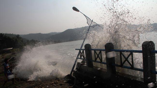 Gelombang tinggi menerjang pesisir selatan di Daerah Istimewa Yogyakarta dari semalam. Hari ini ketinggian gelombang diperkirakan 5-7 meter menghantam pesisir.