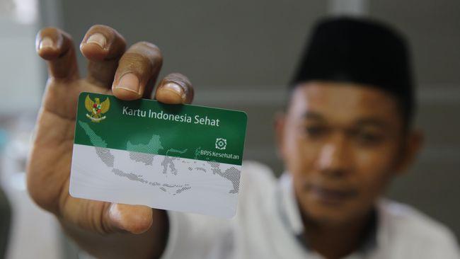 Warga memperlihatkan Kartu Indonesia Sehat (KIS) yang baru diterima dari Badan Penyelenggara Jaminan Sosial Kesehatan (BPJS Kesehatan) di Banda Aceh, Aceh, Rabu (8/6). BPJS telah mencetak sebanyak 87 juta KIS dan telah diterima masyarakat sebanyak 80 juta lebih dan dalam waktu dekat akan kembali mendistribusikan 5 juta kartu untuk penerima bantuan iuran (PBI). ANTARA FOTO/Irwansyah Putra/pras/16.