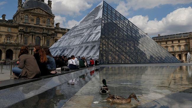 Air sungai Seine naik bisa sampai 6 meter karena hujan deras yang mengguyur Paris beberapa pekan belakangan. Itu membuat Louvre menutup basemennya.