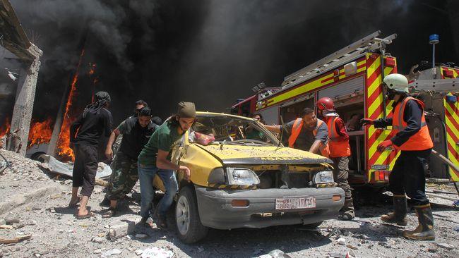 Setidaknya 28 orang termasuk tujuh warga sipil tewas dalam serangan udara dan penembakan pasukan gabungan Suriah-Rusia di Idlib dan Hama pada Jumat (14/6)