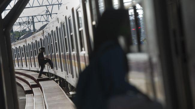 Sejumlah kereta yang masih beroperasi di Jakarta mengalami keterlambatan akibat rel yang tergenang.