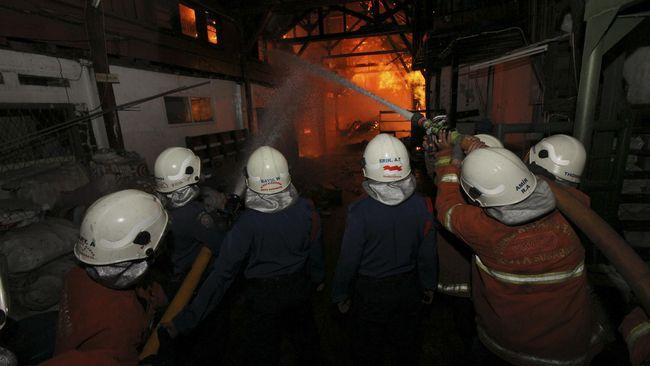 Polisi menduga kebakaran di pabrik korek api di Binjai, yang menewaskan 30 orang ini disebabkan percikan api akibat pemasangan kepala korek api oleh pekerja.