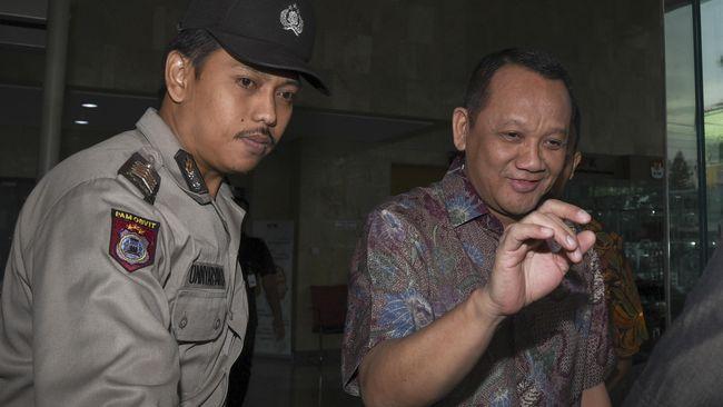 Sekretaris Mahkamah Agung (MA) Nurhadi seusai menjalani pemeriksaan di Gedung KPK, Jakarta, Rabu (15/6). Nurhadi diperiksa KPK sebagai saksi terkait kasus dugaan suap pengajuan Peninjauan Kembali (PK) atas perkara di Pengadilan Negeri Jakarta Pusat dengan tersangka tersangka Doddy Aryanto Supeno. ANTARA FOTO/Hafidz Mubarak A./aww/16.