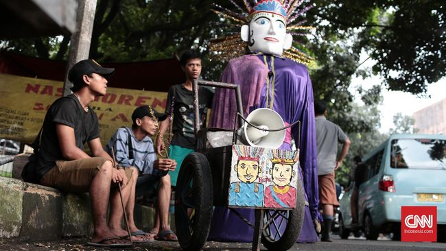 Budayawan menganggap masyarakat berperan penting dalam memelihara ondel-ondel sebagai ikon budaya Betawi meski diselingi meminta uang secara sukarela.