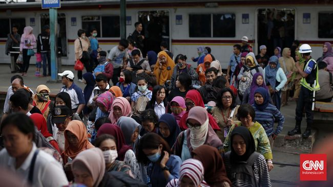 Antrean penumpang di stasiun KRL wilayah Jabodetabek dilaporkan mengular di beberapa tempat akibat pembaruan sistem pembelian tiket elektronik.