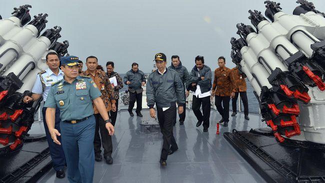 Jokowi dan para menteri bicarakan pengembangan ekonomi, terutama sektor perikanan, dan migas di Kapal Perang Imam Bonjol-383 saat mengarungi perairan Natuna.