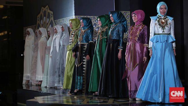 Entah sejak kapan tradisi Lebaran harus memakai baju baru dimulai. Jelang Lebaran tiba, penjualan busana muslim berbagai gaya pun kian meningkat drastis.