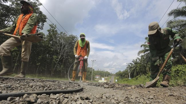 Kementerian PUPR akan memanfaatkan karet alam pada campuran aspal sebanyak 2.542 ton untuk perbaikan jalan nasional sepanjang 65,8 kilometer (km) pada 2019.