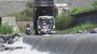 Warga Nekat Terjang Aliran Banjir Lahar Dingin
