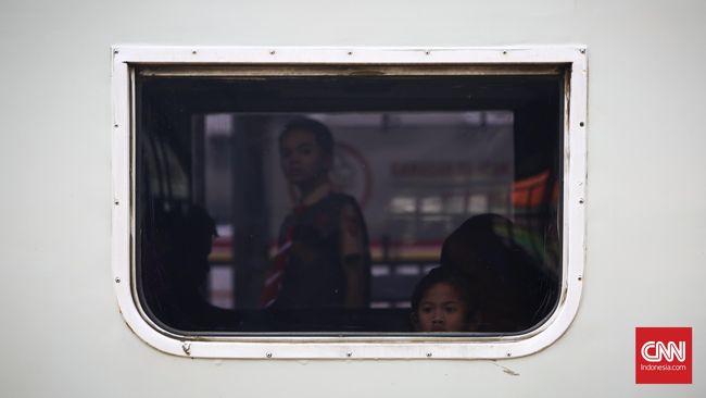 Sejumlah penumpang menunggu keberangkatan kereta api di Stasiun Pasar Senen, Jakarta, Sabtu, 2 Juli 2016. PT KAI Daops I Jakarta Bambang S. Prayitno memperkirakan jumlah penumpang pada mudik Lebaran 2016 di Stasiun Gambir dan Stasiun Pasar Senen naik dari 1.519.487 penumpang pada 2015 menjadi 1.598.000 penumpang pada 2016, atau naik 5 persen. Pada masa mudik Lebaran tahun ini, Daops I menyiapkan sebanyak 52 kereta api reguler, 14 kereta api tambahan dan tujuh kereta api fakultatif.