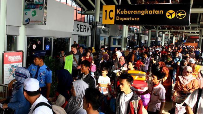 Maskapai penerbangan yang tergabung dalam INACA berdalih pelemahan rupiah menjadi penyebab kenaikan harga tiket pesawat.