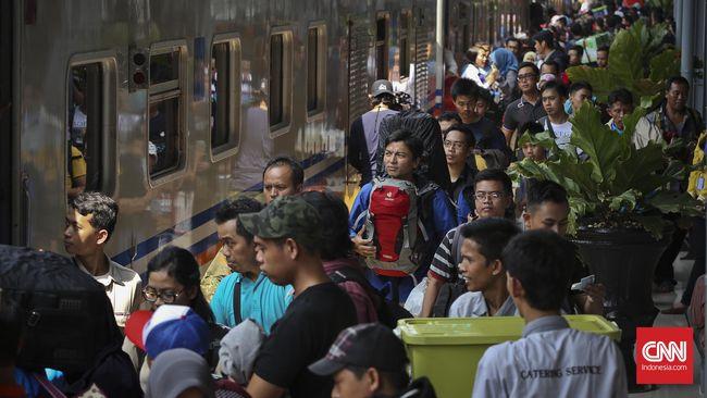 Calon penumpang bersiap menaiki kereta api di Stasiun Pasar Senen, Jakarta, Sabtu, 2 Juli 2016. PT KAI Daops I Jakarta Bambang S. Prayitno memperkirakan jumlah penumpang pada mudik Lebaran 2016 di Stasiun Gambir dan Stasiun Pasar Senen naik dari 1.519.487 penumpang pada 2015 menjadi 1.598.000 penumpang pada 2016, atau naik 5 persen. Pada masa mudik Lebaran tahun ini, Daops I menyiapkan sebanyak 52 kereta api reguler, 14 kereta api tambahan dan tujuh kereta api fakultatif.