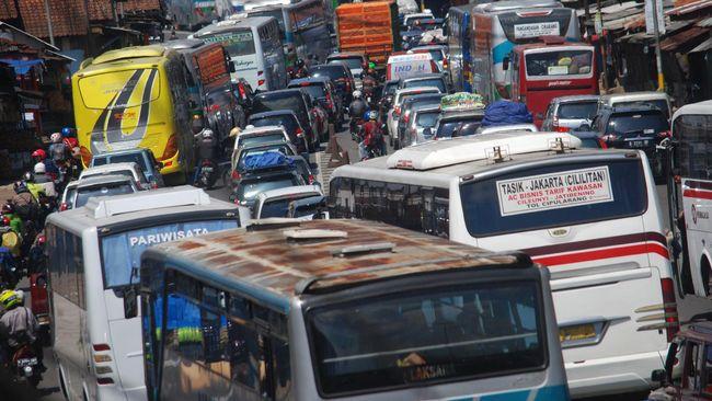 Ruas jalan di Kecamatan Nagreg, Kabupaten Bandung, Jawa Barat, menuju Tasikmalaya dan Garut dipadati kendaraan sejak Rabu (6/7) malam hingga Kamis pagi.