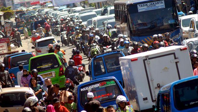 Pada pagi hari rekayasa lalu lintas diberlakukan satu arah menuju Puncak; siang hingga malam arus diprioritaskan untuk kendaraan keluar Puncak.