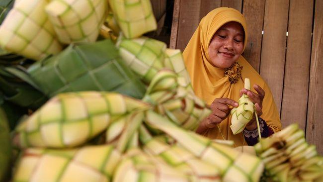 Sebagian masyarakat suku Jawa merayakan lebaran ketupat, yang jatuh 8 Syawal atau sepekan setelah hari raya Idulfitri.