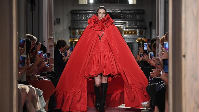 Valentino menghadirkan koleksi musim gugur dan musim dingin 2016 yang terinspirasi salah satu pertunjukan teater Shakespeare.