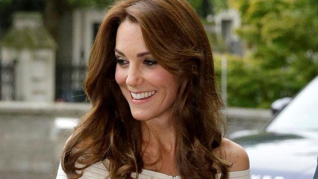 Kate Middleton kembali memberikan nyawa ke-dua bagi bando rambut. Kini bando jadi benda yang dicari dan populer di Inggris setelah dipakai Kate.