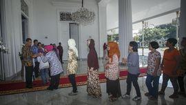 Warga Antre Jabat Tangan Jokowi di Gedung Agung Yogyakarta