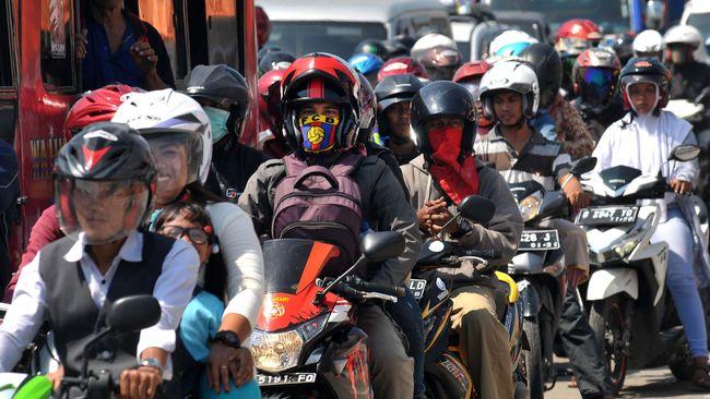 Polda Metro Jaya juga melarang masyarakat umum berboncengan dengan dengan sepeda motor saat penerapan PSBB di wilayah Jakarta.