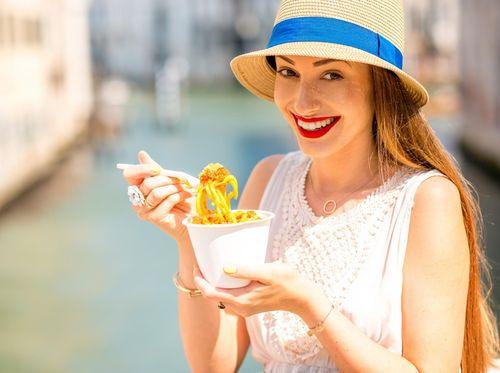 Ini Cara yang Benar Supaya Lipstik Tidak Belepotan Saat Kamu Makan