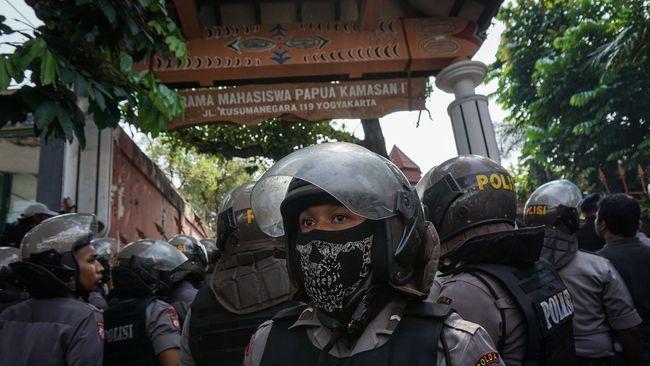 Lontaran nama-nama hewan dan kata-kata rasialis menggelegar di siang bolong. Teriakan itu dari anggota ormas yang mengepung Asrama Mahasiswa Papua.