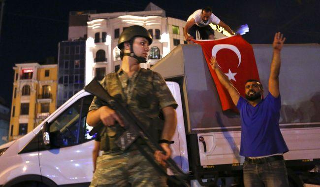 Ivan Watson memaparkan posisi militer dalam pemerintahan Turki. Sebelum kudeta, Presiden Recep Tayyip Erdogan terlihat akur dengan sejumlah komandan militer.