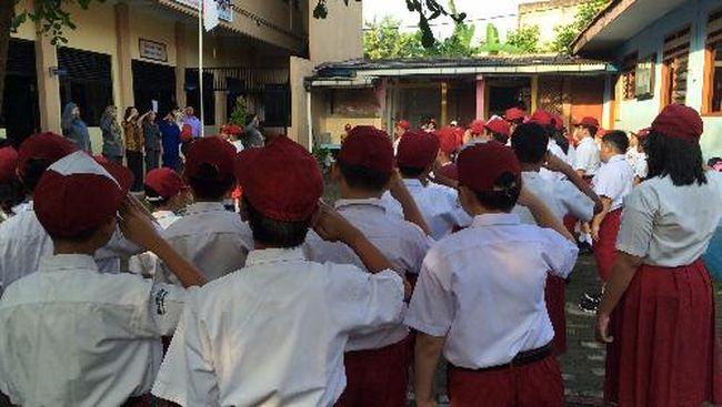 Murid-murid, baik yang baru maupun lama memberikan penghormatan pada sang merah putih. Selanjutnya kepala sekolah memperkenalkan murid-murid yang baru dan para guru, terutama wali-wali kelas. Tak lupa orangtua yang menunggu di luar halaman sekolah, disapa dengan ramah.