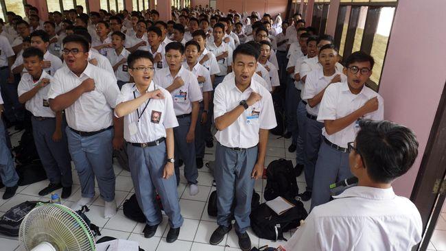 Ratusan siswa baru mengikuti kegiatan PLSSB (Pengenalan Lingkungan Sekolah Siswa Baru) di SMA Negeri 1 kota Tangerang, Tangerang, Banten, Selasa (19/7). Sekolah di Tangerang mengikuti instruksi dari Kementerian Pendidikan dengan meniadakan Masa Orientasi Siswa (MOS) menggantinya dengan kegiatan positif PLS tanpa perpeloncoan. ANTARA FOTO/Lucky R/foc/16.