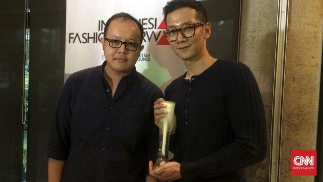 Toton masuk sebagai perwakilan Asia dalam kompetisi International Woolmark Prize (IWP), yang pernah diikuti oleh Yves Saint Laurent dan Karl Lagerfeld.