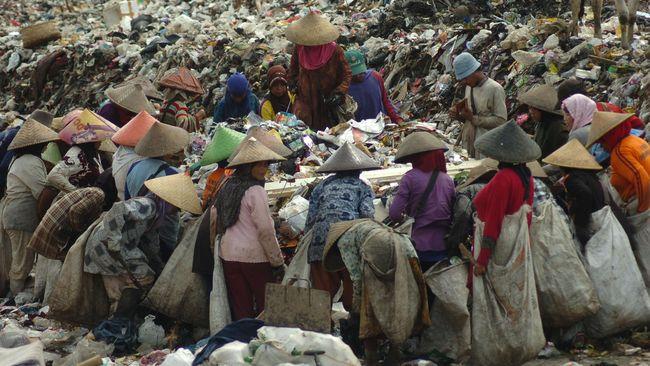 Sejumlah pemulung mencari sampah plastik ditumpukan sampah Tempat Pembuangan Akhir Sampah (TPAS) di Kampung Cianggir, Jawa Barat, Selasa (19/7). Berdasarkan data dari Badan Pusat Statistik Kota Tasikmalaya, pada 2015 jumlah warga yang hidup di bawah garis kemiskinan mencapai 719.528 penduduk atau 17 persen dari total penduduk Kota Tasikmalaya yakni 122.319 jiwa. Sementara pada tahun sebelumnya,  jumlah warga miskin mencapai 104.500  orang atau 15,95 persen dari  total 654.794 jiwa. ANTARA FOTO/Adeng Bustomi/pd/16