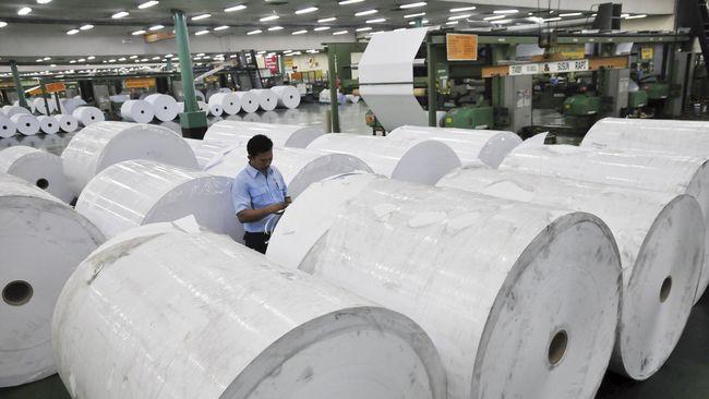 Sejumlah pekerja memeriksa kualitas kertas di pabrik APP-Sinar Mas di Provinsi Riau, Senin (18/7). Berdasarkan data Kementerian Perindustrian, realisasi produksi pulp dan kertas Indonesia masing-masing mencapai 6,4 juta ton dan 10,4 ton per tahun yang menempatkan industri pulp nasional pada peringkat ke-9 dan industri kertas peringkat ke-6 di dunia, sedangkan di Asia menempati peringkat ke-3 untuk industri pulp maupun kertas. ANTARA FOTO/FB Anggoro/ama/16.