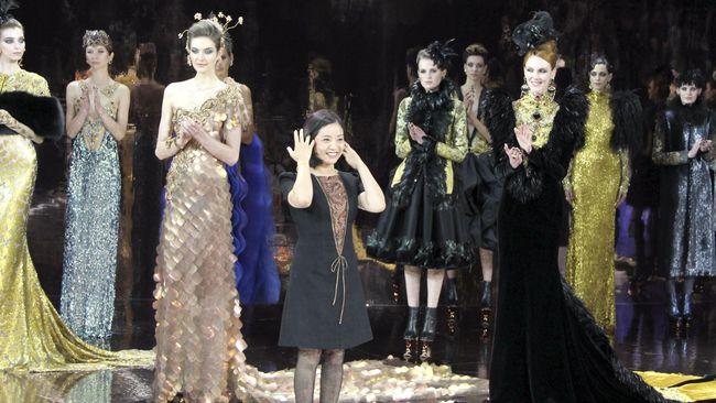 Nama Guo Pei mungkin baru terdengar. Tapi tidak dengan kisah dan perjuangannya. Dari Beijing, Guo Pei sukses menembus Paris Haute Couture.