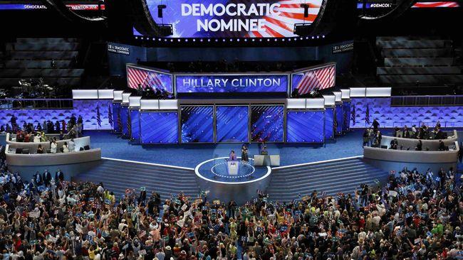 Ima Matul berdiri di panggung Konvensi Partai Demokrat, menuturkan kekagumannya kepada Hillary Clinton yang kini digadang menjadi calon presiden AS.