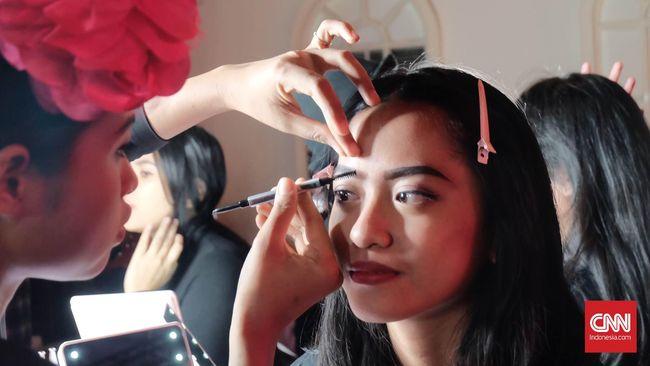 Wajah berkilau atau glowing bisa didapat dengan sapuan make up yang tepat. Berikut beberapa tips dan trik agar kulit glowing.