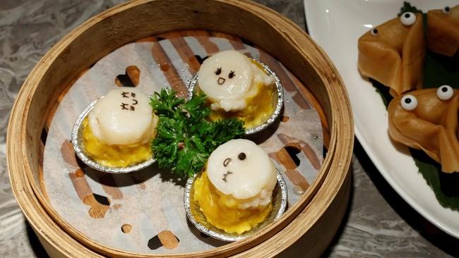 Sebuah restoran di Hong Kong, Dim Sum Icon, mengajak pengunjung untuk bermain dengan makanan yang mereka sajikan, yang menimbulkan reaksi lucu.