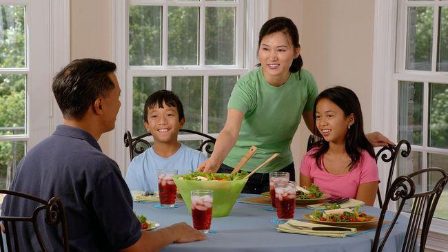 Ilustrasi makan malam dengan keluarga. (Skeeza/Pixabay)
