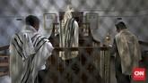 Serupa dengan penganut agama lainnya, umat Yahudi juga rutin menjalankan berbagai kegiatan keagamannya. Ritual mereka ada yang mirip dengan Islam dan Kristen.