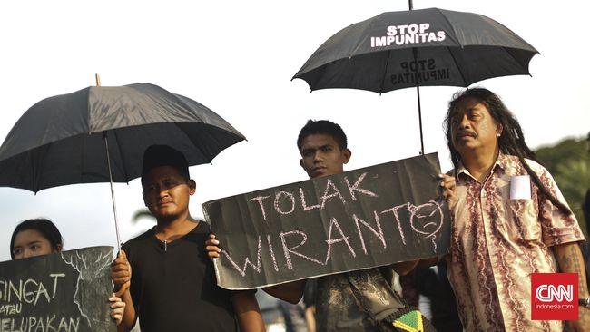 Aktivis 98 menegaskan akan memberikan peringatan keras untuk Jokowi agar tidak lagi mengangkat menteri yang tercatat pernah terlibat kasus kejahatan HAM.