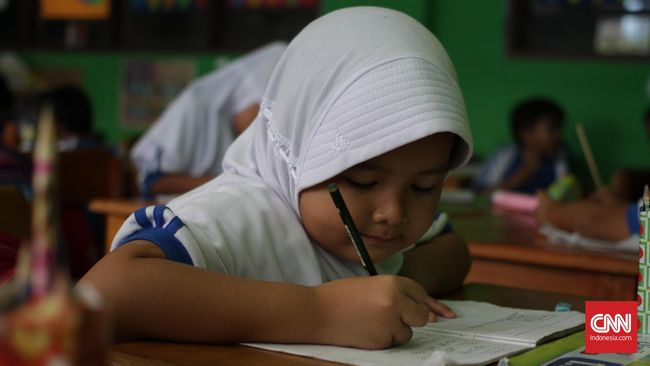 Para murid kelas 1-A sedang belajar di Madrasah Al Ihsan Pamulang, Tangerang Selatan, Selasa, 9 Agustus 2016. Menteri Pendidikan dan Kebudayaan Muhadjir Effendy mengusulkan full day school kepada SD dan SMP negeri maupun swasta. CNN Indonesia/Gautama Padmacinta.
