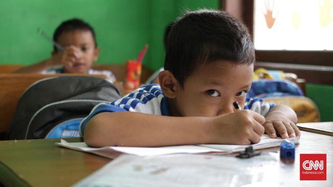 Murid kelas 1-A sedang belajar di Madrasah Al Ihsan Pamulang, Tangerang Selatan, Selasa, 9 Agustus 2016. Menteri Pendidikan dan Kebudayaan Muhadjir Effendy mengusulkan full day school kepada SD dan SMP negeri maupun swasta. CNN Indonesia/Gautama Padmacinta.