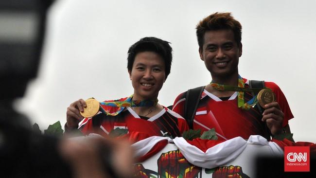 Tontowi Ahmad/Liliyana Natsir naik ke Bandros dan memulai arak-arakan menuju Kemenpora. (CNN Indonesia/Putra Tegar)
