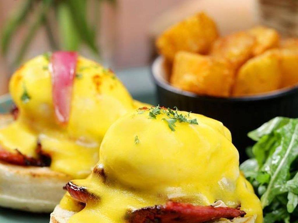 SAGITARIUS: Adan suka kebebasan maka egg benedict dengan siraman saus hollandaise yang creamy cocok buat Anda. Foto: iStock